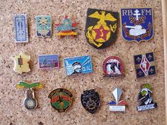 Lot De 15 Pin's  Sur Les Insignes Des Régiments - Army