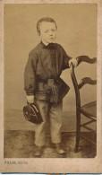 Photo CDV Portrait Jeune Garçon Et Sa Casqsuette Photographe Pillas Paris Circa 1870 - Personnes Anonymes