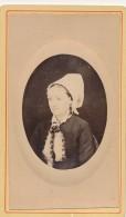 Photo CDV Portrait Médaillon Costume Et Coiffe Vendée Photographe Inconnu Circa 1870-80 - Personnes Anonymes
