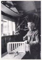 56 - Morbihan - LE FAOUET - Porz-en-Haie - Léon Guyomar Menuisier Fabrique Des Lits De Poupées Pour Les Tombolas 1987 - France