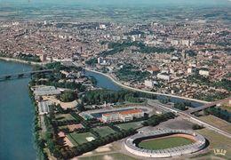 CPSM/gf (31)  TOULOUSE.  Le Stadium, La Piscine Et La Ville Vue Du Ciel. ..G304 - Toulouse