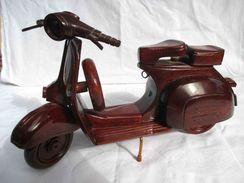 Scooter VESPA En Bois De Rose Réalisé Au Vietnam  Belle Maquette De Grande Taille - Other Collections