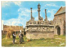Saint Jean Trolimon (29) Calvaire De Tronoen 15°siecle ( Le Plus Ancien Des Calvaires Bretons ) Couple De Paysans Breton - Saint-Jean-Trolimon