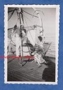 Photo Ancienne Snapshot - Homme & Femme En Croisière - Bateau Paquebot Ou Voilier - Amour Love Girl Boy Man Woman - Bateaux