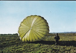 PARACHUTISME--arrivée Au Sol-- N° 11--photo P. DUJARDIN  PAU---voir 2 Scans - Parachutisme