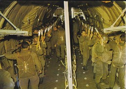 PARACHUTISME--debout-accrochés Transall-- N° 33--photo P. DUJARDIN  PAU---voir 2 Scans - Parachutisme