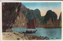 NORD VIETNAM--baie D'along-devant La Grotte De La Surprise--voir 2 Scans - Viêt-Nam