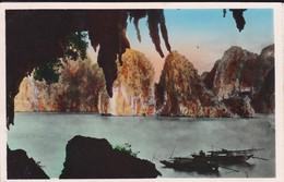 NORD VIETNAM--vue De QUANG YEN--baie D'along--rade De La Surprise Face à La Grotte--voir 2 Scans - Viêt-Nam