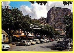 CPSM 04 DE CASTELLANE ... ROUTE NAPOLEON ... LE ROC ET NOTRE DAME DU ROC ... AVEC VOITURES - Castellane