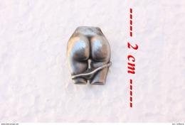 Insigne En Métal Représentant Une Paire De Fesses Féminine - Pin-ups