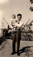 Photo Originale Un Père Portant Sa Fille Dans Les Bras En 1955 - Anonyme Personen