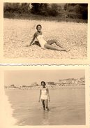 2 Photos Originales Plage & Maillot De Bain - Pin-up Sexy En Maillot Blanc Baignade Et Bronzette Vers 1950 - Pin-Ups
