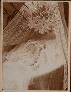 SUPERBE PHOTO ALBUMINE RARE VERS 1890 - POST MORTEM - UN ENFANT BEBE MORT - DECEDEE - ROSAIRE A LA MAIN + - Antiche (ante 1900)