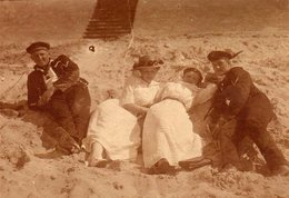 Photo Originale Tirage Albuminé Guerre 1914/18 - Soldats De La Marine Allemande Et Romantisme Sur La Plage En 1914 - Guerre, Militaire