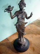 """""""Frau Mit Taube"""" Signiert - Französischer Rohguss - Bronzes"""