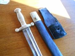 Glaive , Modèle 1855. Monture En Laiton. Lame à Deux Tranchants Et Deux Pans Creux. Fourreau En Cuir, à Deux Garnitures - Armes Blanches