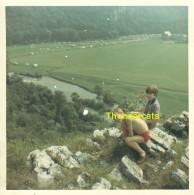 ANCIENNE PHOTO JEUNE GARCON  GARCONS VINTAGE SNAPSHOT YOUNG BOY BOYS  ( 9 Cm X 9 Cm ) - Anonymous Persons