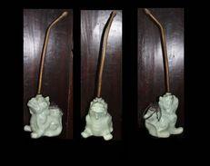 Pipe à Opium Viet-namienne Figurant Un Singha (lion Gardian De Bouddha) / Vintage Opium Pipe From Viet-Nam Featuring A G - Pipes En Terre Et Porcelaine