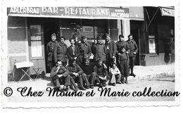 BAR RESTAURANT CHEZ LUCIEN EN 1940 - PUB BIERE ADLERBRAU - GROUPE DE MILITAIRES - PHOTO MILITAIRE 11 X 6.5 CM - Guerre, Militaire