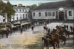 CPA. - Cavalerie - DRAGONS - Rassemblement Avant Le Départ - Daté 01.09.1910 - TBE - Régiments
