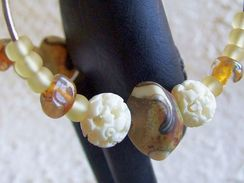 Boucles D'oreilles Créoles Géantes Marrons En Os Sculpté Et Perles De Verre Filé Au Chalumeau Par Une Artiste Fileuse De - Orecchini