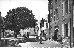 LA COUARDE CENTRE VILLE TRES ANIME 1961 GARAGE HOTEL COIFFEUR PARFUMERIE VOITURES D'EPOQUE BON ETAT - Ile De Ré
