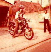 Photo Couleur Originale Motocyclisme - HONDA 350 CB 1970 Et Son Fameux Pilote à L'air Intelligent ! - Cyclisme