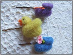Lot De 3 Barrettes Multicolores Pour Cheveux Poussin Jaune Et Chaussons Bébés Bleu Et Violet En Laine Feutrée à L'aiguil - Unclassified