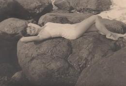 FOTO D'EPOCA ORIGINALE -ANNO 1954 -DONNA IN SPIAGGIA  (130817) - Pin-ups