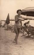 FOTO D'EPOCA ORIGINALE -ANNI 1953 -DONNA IN SPIAGGIA  (130817) - Pin-ups
