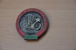 REF M1  : Médaille Souvenir Broche Moto Rassemblement International De La Tour Carrée LOUDUN 1978 - Motos