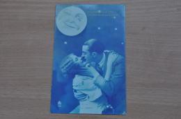 REF 297  : CPA  Couple Homme Et Femme S'embrassent Sous La Lune Souriante - Couples