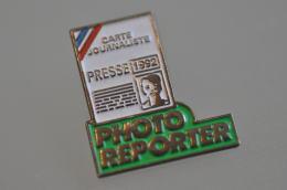 REF M5  : Pin's Pin  : Photographie Photo Reporter Presse - Fotografie