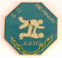 Pin's BERNAY (27) - Sporting Club Bernay  Section JUDO  - Judokas - G756 - Judo
