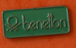 R  252 )...............BENETTON - Pin's