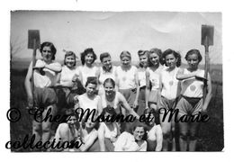 LA JEUNESSE NAZIE - JEUNES FEMMES EN TENUE DE SPORT AVEC CROIX GAMMEE - PHOTO 8 X 5.5 CM MILITAIRE - Guerre, Militaire