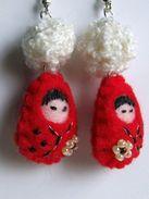 Boucles D'oreilles Artisanales Kokeshi Feutrine Rouge Nées Chez Smaksall - Et Boule De Laine Blanche - Earrings