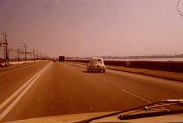Photo Couleur Originale Fiat 500 Sur Une Grande Route Vers 1970 - Autoroute - Automobiles