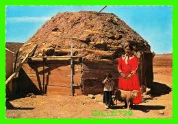INDIANS - NAVAJO WOMAN & CHILD STAND BEFORE A TYPICAL INDIAN HOGAN - DEXTER PRESS INC -  PETLEY STUDIOS INC - - Indiens De L'Amerique Du Nord