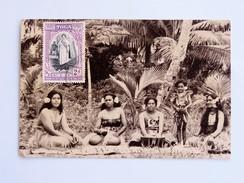 C.P.A. TONGA : 5 Jeunes Femmes Assises , Timbre - Tonga