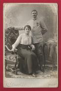 Photographie Cabinet - Studio Ohlsson à Melun - Cliché Studio D'un Militaire En Couple - Insignes 369 Au Col - Guerre, Militaire