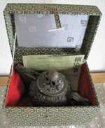 JP.- Japanse Theepot Van Art Arita Ware SHOBIDO-HONTEN. Arita Ware Oroshi-Danchi, Akasaka. Japan. 12 Scans. - Ceramics & Pottery