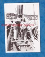 Photo Ancienne - Port à Situer - Portrait De Femme & Pécheur Sur Un Bateau De Pêche - Bretagne ? - Boat Ship - Barcos