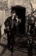 Photo Originale Ouvrier Sortant De Chez Rudolf Koli Outils Sur L'épaule - Manuel En Action - Métiers