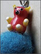 Bijou De Sac Ours Rouge Verre Artisanal Pompon Bleu Canard En Laine Feutrée à L'aiguille  Un Petit Ours à Adopter! - Unclassified