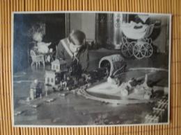 Schönes Altes Weihnachtsfoto Von 1928, Größe Ca. 17,0  Cm X 12,0 Cm, Junge Mit Eisenbahn, Puppenwagen, Puppe - Xmas
