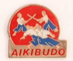 Pin's AIKIBUDO - Combattants à Mains Nues Et Au Sabre - G822 - Badges