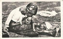 NIGER - Folklore -Bébé Recevant Un Lavement - Niger