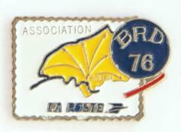 Pin's  Timbre LA POSTE - Association BRD 76 - Carte Seine Maritime - G865 - Mail Services