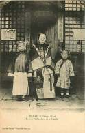 180817 - CHINE - YU-NAN Femme De Mandarin Et Sa Famille - Kimono - China
